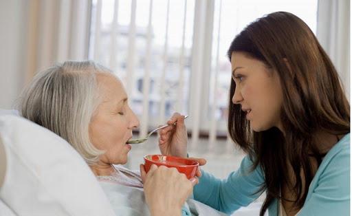 Cách chăm sóc người bị liệt trong ăn uống