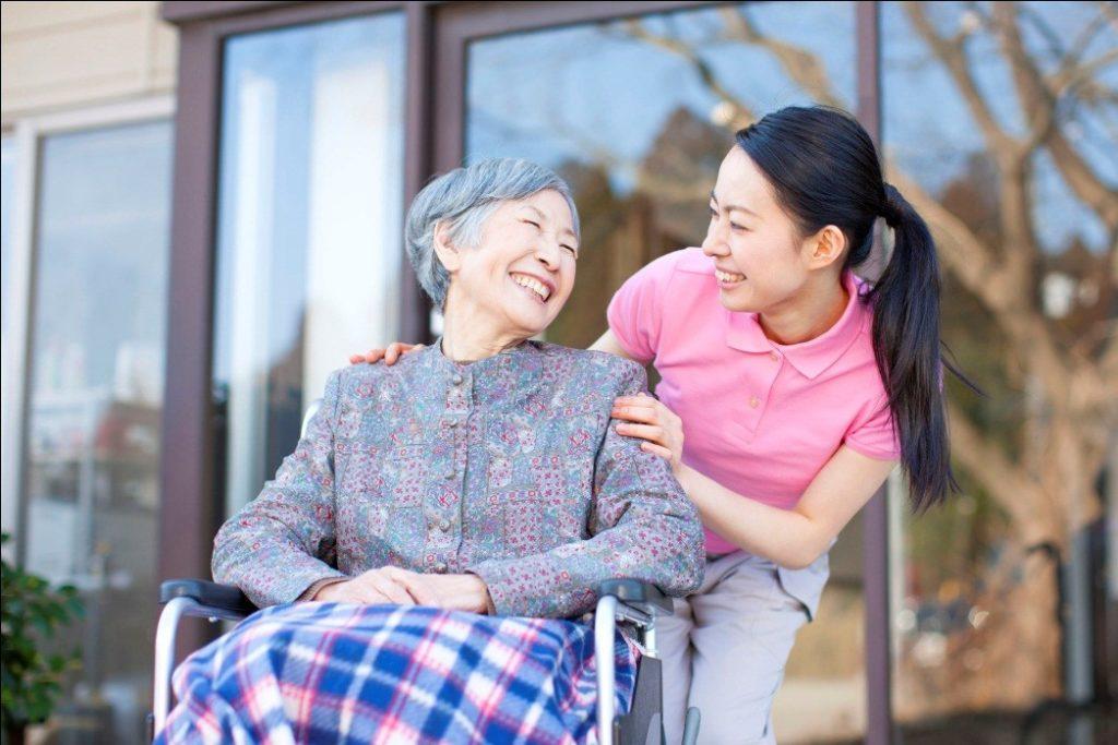 Giúp người bệnh vui vẻ trong cách chăm sóc người bị liệt